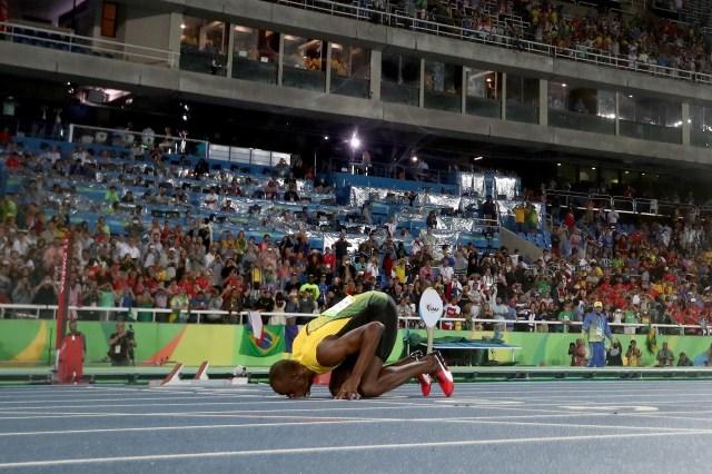 Usain Bolt besó la pista tras ganar los200 metros en Rio de Janeiro (Getty Images)