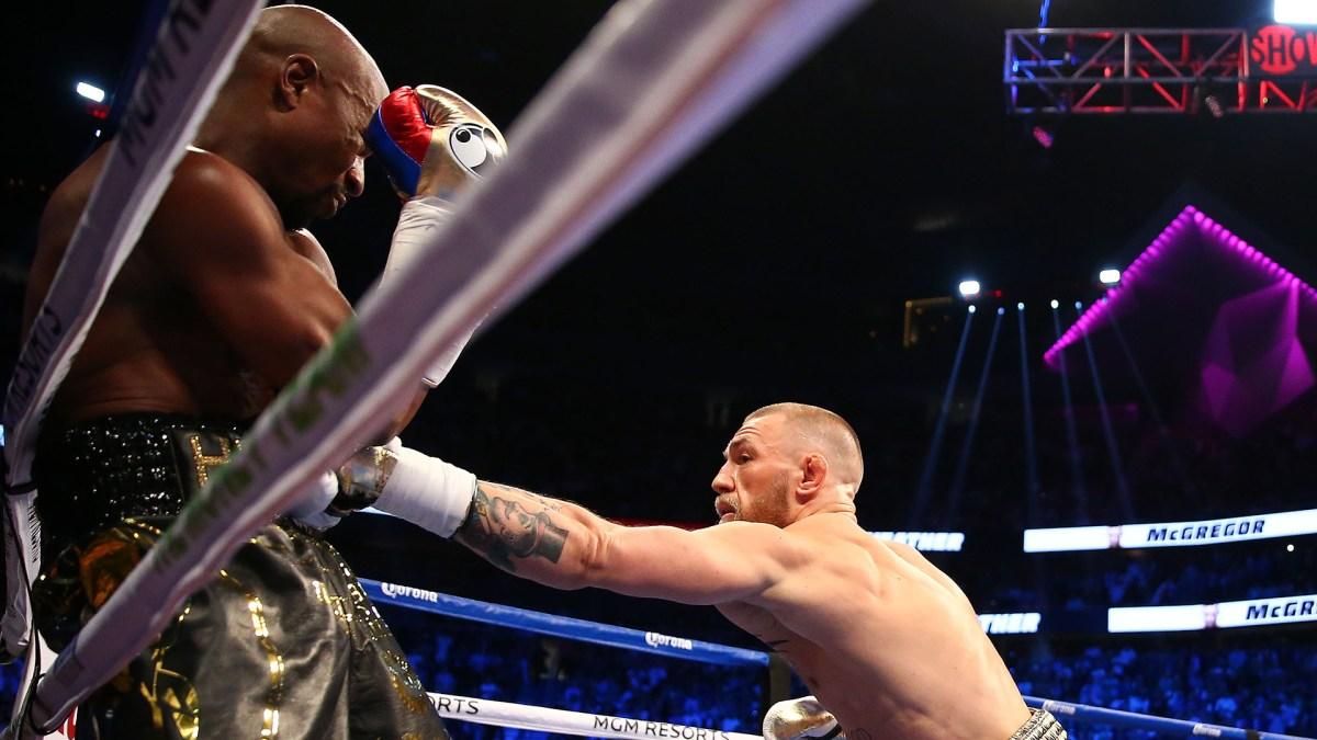 Mayweather intenta mantener la distancia ante el irlandés para evitar sus golpes