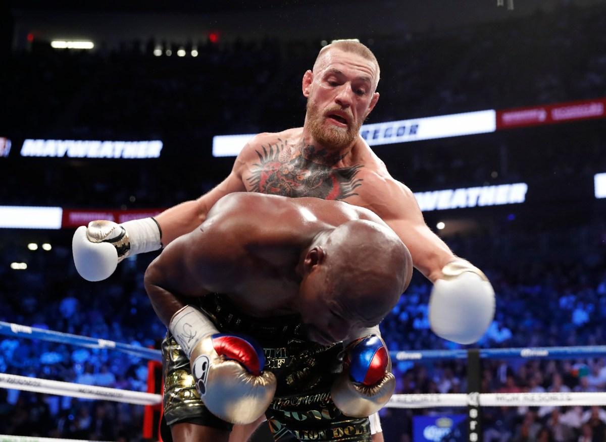 Una imagen que se reiteró en el ringo: Mayweather de espaldas con McGregor golpeando
