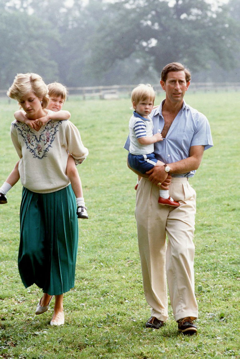 Diana y el príncipe Carlos, con sus hijos, Harry y William