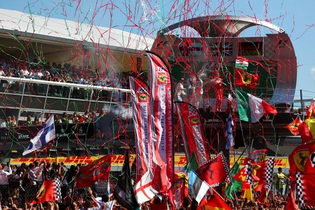 Las banderas italianas y el color rojo de Ferrari coparon el circuito