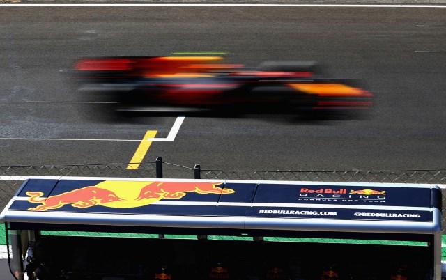 Max Verstappende Red Bull Racing, casi no se ve gracias a su alta velocidad en la recta principal