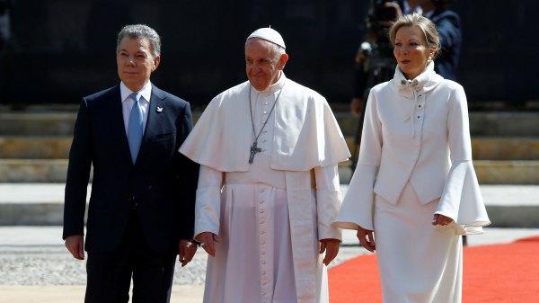 7/9 El presidente de Colombia, Juan Manuel Santos, recibe junto a su esposa al Papa Francisco, a su arribo a Bogotá (REUTERS)