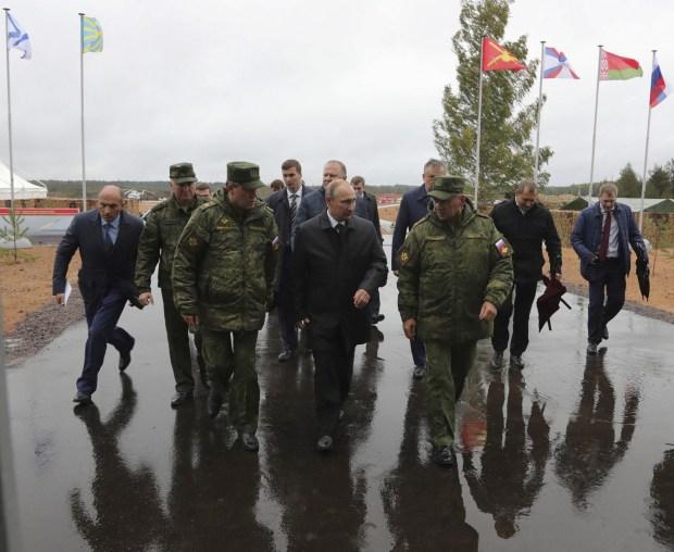 El ministro de Defensa ruso Sergei Shoigu, el presidente Vladimir Putin y le jefe de las FFAA s Valery Gerasimov (REUTERS)