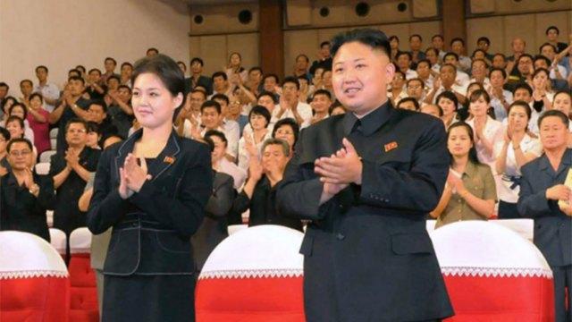 El dictador Kim Jong-un junto a su esposa Ri Sol-ju en un evento