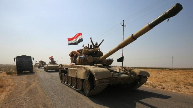 Mientras tanto, en Siria e Irak, el ISIS retrocede día a día, y ya no controla ninguna ciudad importante. Se aferra a una red de refugios y aldeas en el desierto