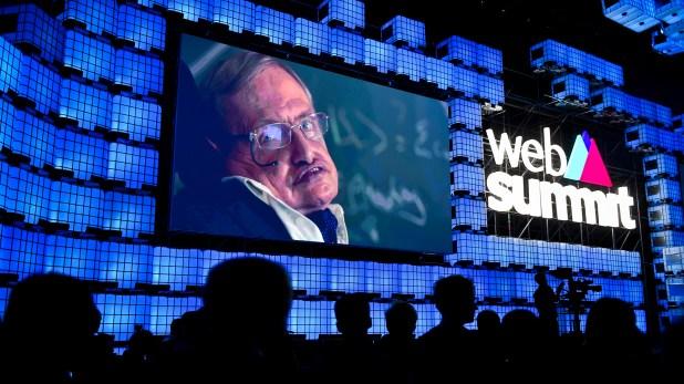 El cosmólogo británico Stephen Hawking durante la ceremonia inaugural de la Web Summit 2017 en Lisboa, el 6 de noviembre de 2017 (AFP)