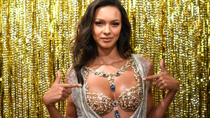 La modelo brasileña, Lais Ribeiro con el Fantasy Bra del 2017 valuado en 2 millones de dólares  (Photo by Dimitrios Kambouris/Getty Images for Victoria's Secret)