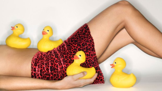 A través de los juguetes eróticos se puede incrementar el placer sexual en la intimidad, afirman los expertos. Tiene que haber consenso en la pareja para que sea un deseo compartido. (Getty)