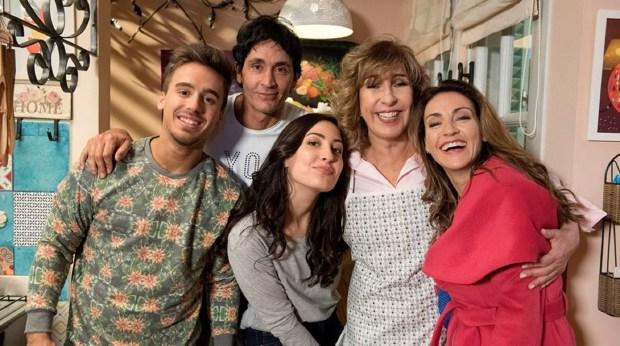 """La familia Farías junto a Marcela Ríos (Eleonora Wexler) en """"Golpe al corazón"""""""