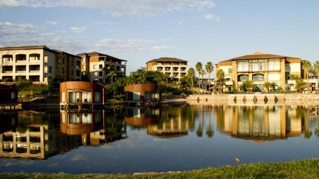 Junto al country se encuentra el hotel Sofitel La Reserva Cardales, que ofrece beneficios para los propietarios en sus exclusivos servicios.