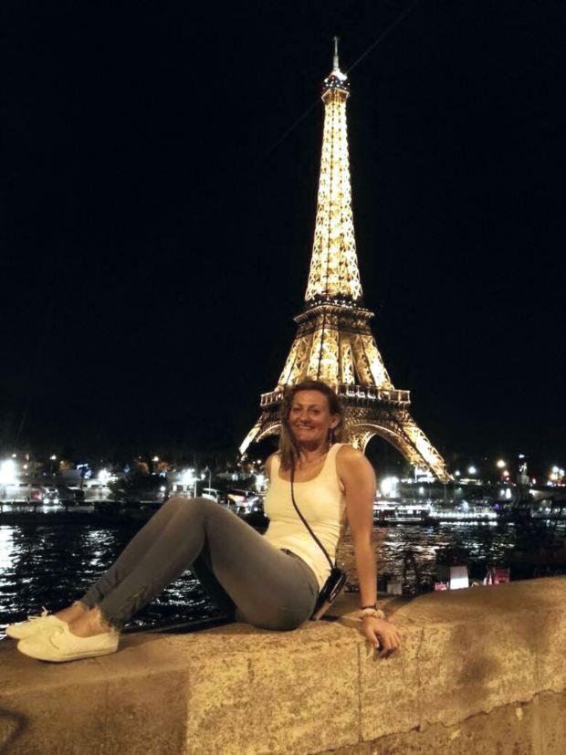 En la Torre Eiffel, feliz.