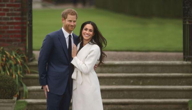 El príncipe Harry y su prometida, la actriz Meghan Markle, posan en los Sunken Garden del Palacio de Kensington (AFP PHOTO / Daniel LEAL-OLIVAS)
