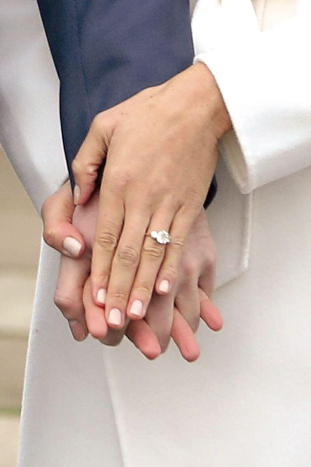 El anillo de compromiso en detalle (AFP PHOTO / Daniel LEAL-OLIVAS)