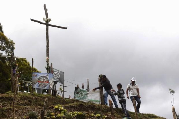 Cruces y banderas recuerdan a las víctimas (EFE)
