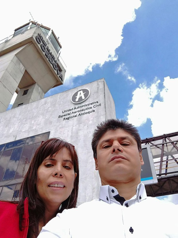 Yaneth Molina junto a su esposo, Carlos Acosta, en el aeropuerto José María Córdova, en Rionegro (Colombia) (EFE)