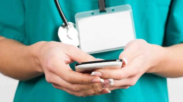 Un pediatra, por día, recibe unos 50 mensajes de Whatsapp con dudas de todo tipo (Getty)