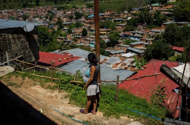 Yusdelis tiene 19años y un embarazo de 8 meses. Vive en una barriada de Los Teques, en Miranda, en las afueras de Caracas.No tiene acceso a anticonceptivos.(Manu Quintero/The Washington Post)