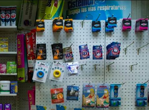 Los preservativos escasean. Son de marcas desconocidas e importados, lo que los hace de difícil acceso. (Manu Quintero/The Washington Post)