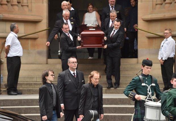 Angus Young cargó la guitarra de Malcolm durante el funeral (AFP)