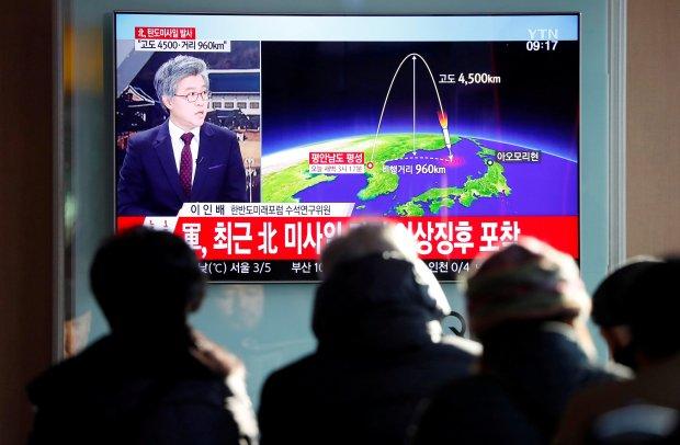 Personas miran las noticias sobre el nuevo lanzamiento de misil en Seúl, Corea del Sur (REUTERS/Kim Hong-Ji)