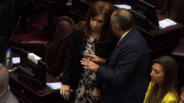 Cristina Kirchner dialoga con Adolfo Rodríguez Saá, uno de sus nuevos compañeros de banca (Fotos: Adrián Escándar)