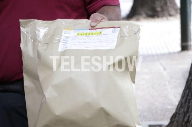 El sobre con evidencia que la policía sacó del departamento de Rocío (Crédito fotos: Lihue Althabe)