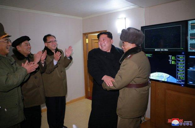 La satisfacción del dictador norcoreano y de los mandos militares (REUTERS/KCNA)