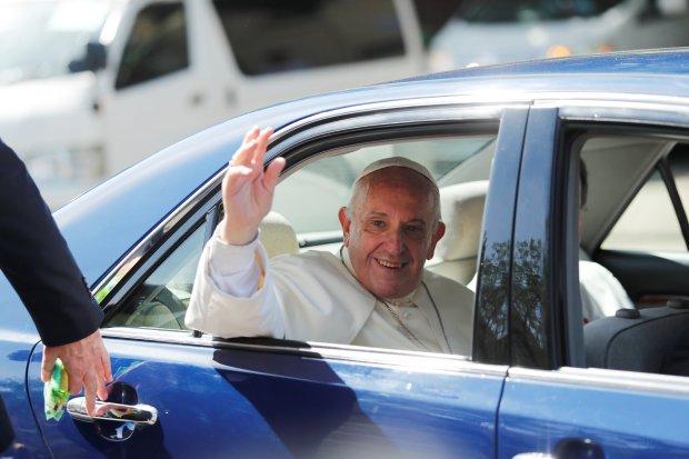 El papa Francisco saluda a las personas en su camino al aeropuerto deYangon, en Myanmar November 30, 2017. (REUTERS/Jorge Silva)