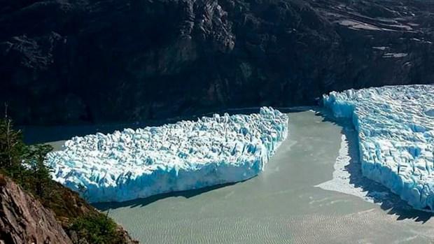 El desprendimiento del glaciar Grey en Chile tiene 350 metros de largo (AFP – CONAF)