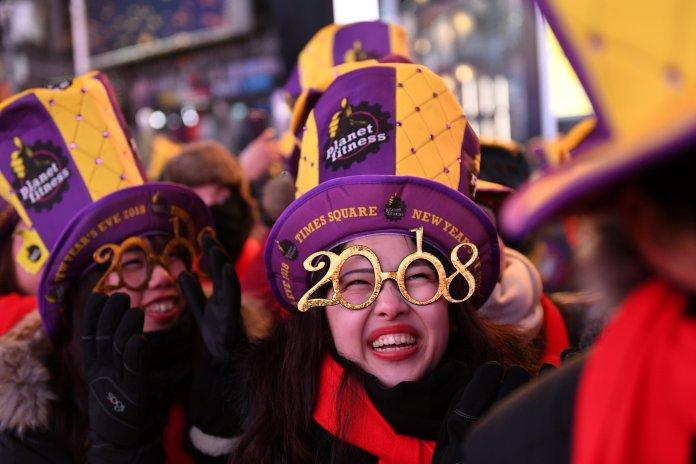 Una mujer celebra en Times Squadre, en Manhattan, Nueva York (REUTERS/Darren Ornitz)