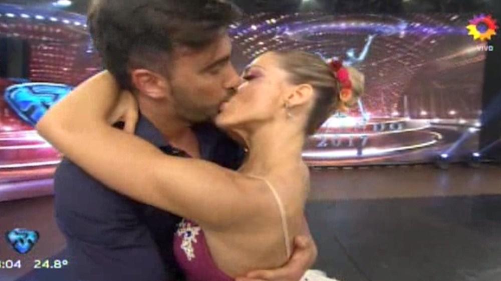 El beso entre Fede Hoppe y Macarena Rinaldi