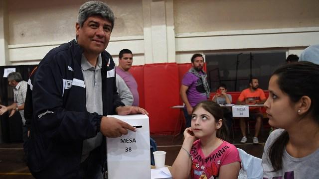 Pablo Moyano al votar en las elecciones en Independiente