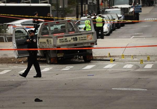 1/11 Un terrorista motorizado ingresó por una senda para bicicletas en Nueva York, mató a ocho personas y dejó una docena de heridos.