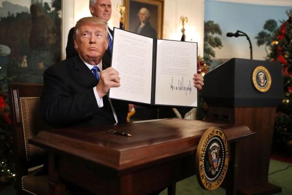 6/12 Donald Turmp firma la resolución que reconoce oficialmente a Jerusalén como capital de Israel y anuncia que Estados Unidos mudará su embajada a esa ciudad.
