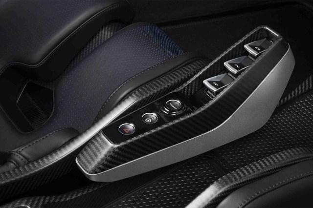 Una caja de doble embrague y siete velocidades gestiona los valores de su propulsor. El deportivo permite un manejo de modo automático o manual, que se opera a través de dos paletas fabricadas en fibra de carbono ubicadas detrás del volante
