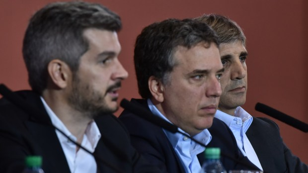 Marcos Peña y Nicolás Dujovne firmaron la eliminación del tope a la garantía de los depósitos (Adrián Escandar)