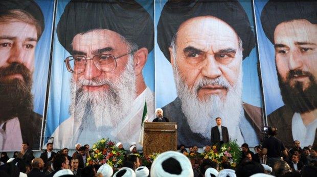 El presidente iraní, Hassan Rohani, con la imagen de los líderes supremos de fondo (AFP)