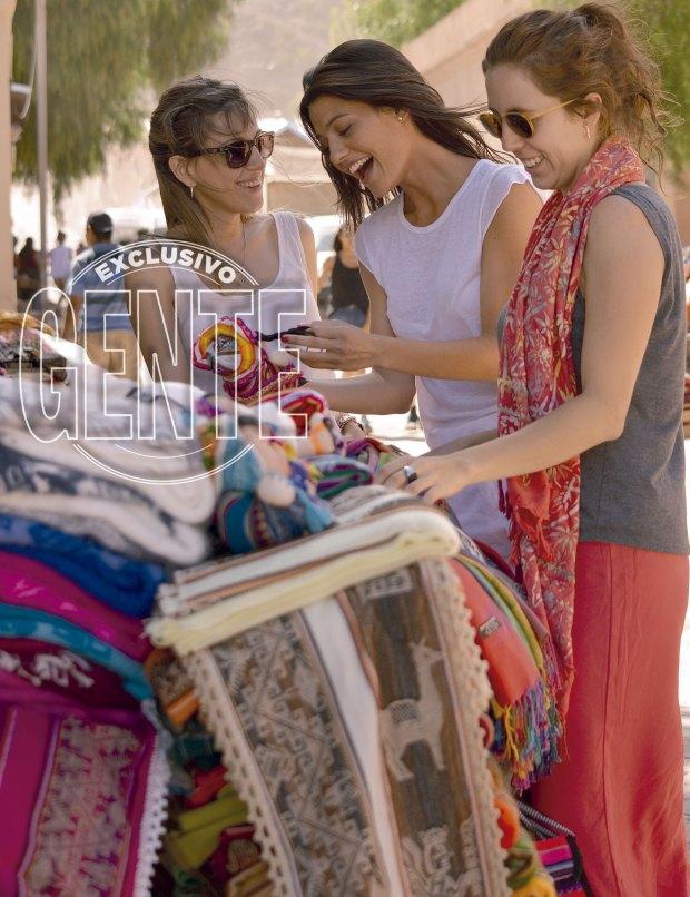 Con sus amigas Pau y La Coty en la plaza principal de Purmamarca. Jujuy Jiménez: Foto: Paula Toffolo para GENTE