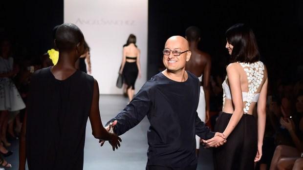 El diseñador venezolano Ángel Sánchez es arquitecto de profesión y diseñador por elección. Luego de ejercer como arquitecto en su Venezuela natal, en los ´90 desembarcó en la moda y se instaló con su estudio en NYC, en el corazón del Fashion District. Hoy con 30 años en la moda integra el top ten de los mejores de Estados Unidos, adorado por las celebridades más exigentes. Aunque a él le gusta más vestir a mujeres comunes.