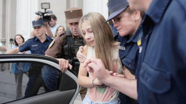 La joven mientras era trasladada por la policía. No se le revisarán las condiciones de detención por lo menos hasta marzo. (Uno)