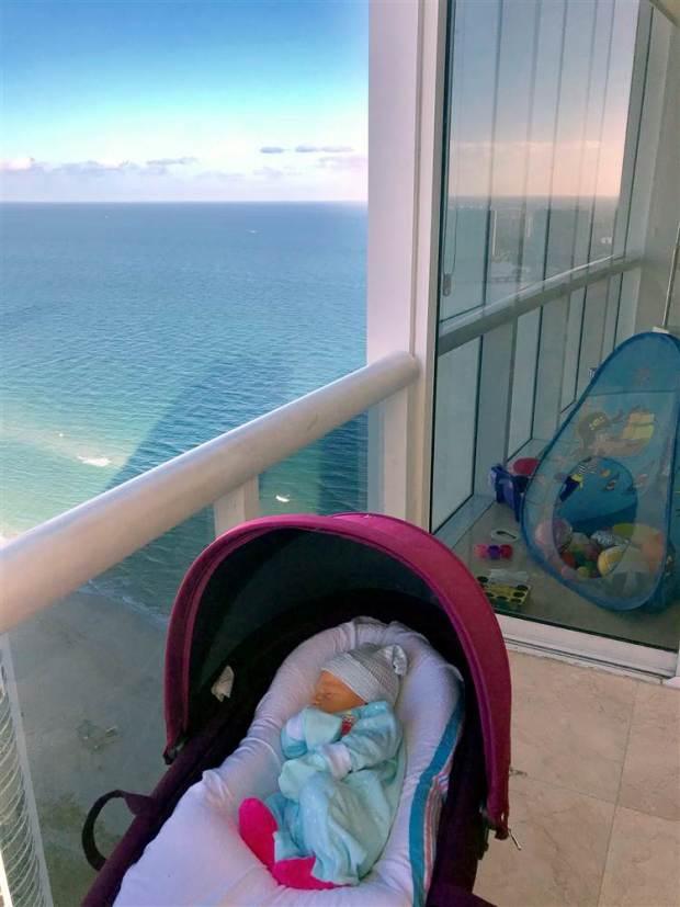 La hija de OleysaSuhareva, pocos días después de su nacimiento, en Sunny Isles (Foto gentileza de Oleysa Suhareva)