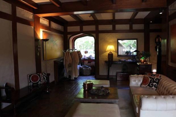 En el interior, vigas de madera y pisos de cerámica dos características del estilo del arquitecto argentino