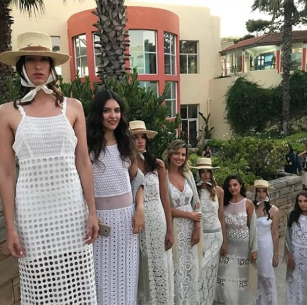Total white look, encajes, algodón y bordados, las tres tendencias impuestas por Pía Carregal. El toque fashionista, los sombreros de yute con pañuelos