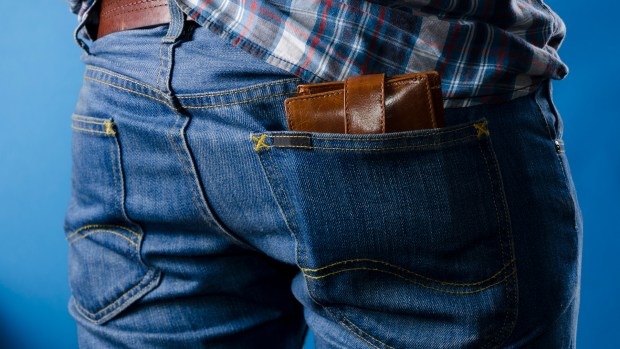 Es un dolor habitual en personas que conducen durante varias horas, agravada por la costumbre de llevar labilletera en el bolsillo trasero (Getty)