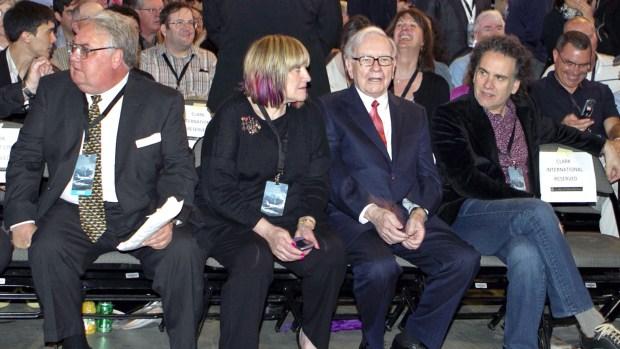 Warren Buffet junto a sus hijos