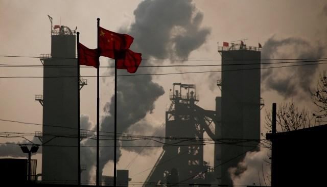 Banderas chinas ondean en una fábra de acero en Hebei (Reuters)