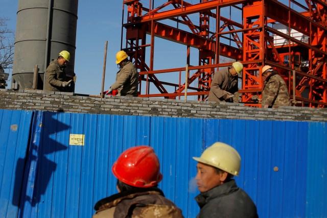 Trabajadores colocan ladrillos en una construcción en Beijing (Reuters)