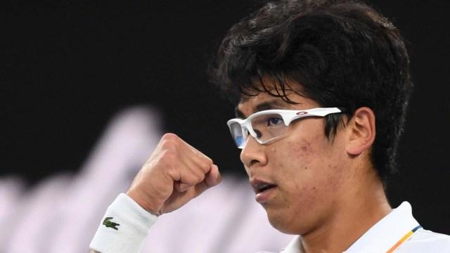 El tenista surcoreano Hyeon Chung reacciona durante su partido de la cuarta ronda del Abierto de Australia contra el serbio Novak Djokovic, en Melbourne, Australia (EFE/ Lukas Coch)