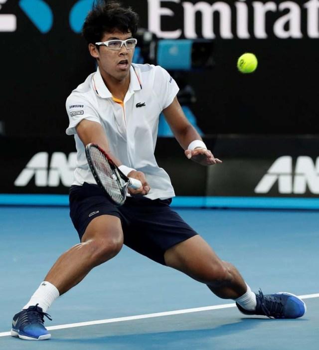 Hyeon Chung en acción durante su partido de la cuarta ronda del Abierto de Australia contra el serbio Novak Djokovic, en Melbourne, Australia(EFE/MARK CRISTINO)